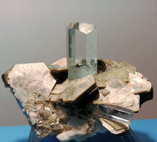 Berilo, Moscovita<br /><br />100mm x 88mm x 76mm; cristal principal de berilo: 38mm de altura (parte visible) y 20mm de anchura.<br /> (Autor: Carles Millan)