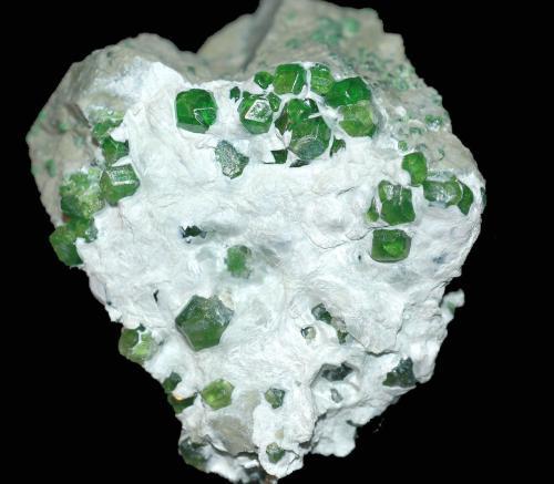 Andradita (variedad demantoide) (Grupo Granate)<br />Mina Jeffrey, Asbestos, Les Sources RCM, Estrie, Québec, Canadá<br />4,3 x 3,8 cm.<br /> (Autor: Xavier Bordas)