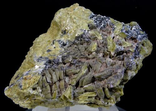 Hematites, Calcopirita y Siderita<br />Obras del Ave, Anoeta, Guipuzcoa, País Vasco, España<br />7,0 x 6,7 x 1,9 cms<br /> (Autor: Joan Martinez Bruguera)
