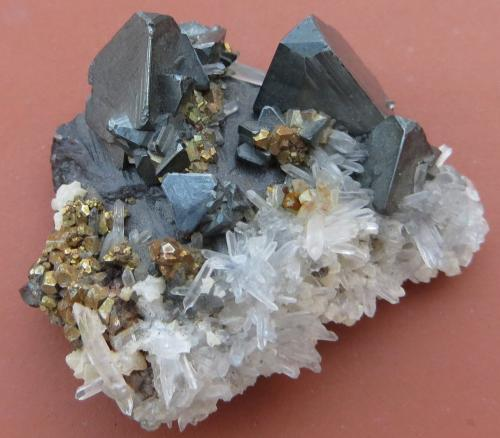 Tetraedrita, Pirita, Cuarzo, Esfalerita<br />Mina Cavnic, Zona minera Cavnic, Cavnic, Maramures, Rumanía<br />4 x 3 x 1,5 cm (peso 34 gram)<br /> (Autor: Kaszon Kovacs)