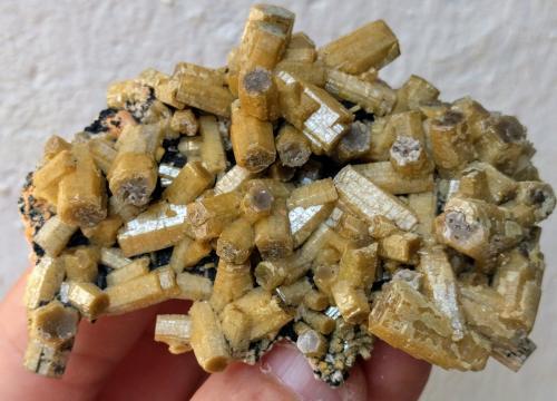 Vanadinita (variedad vanadinita arsenical), Mottramita<br />Zona minera Touissit, Distrito Touissit, Provincia Jerada, Región Oriental, Marruecos<br />7,5 x 5,0 cm.<br /> (Autor: Carles)