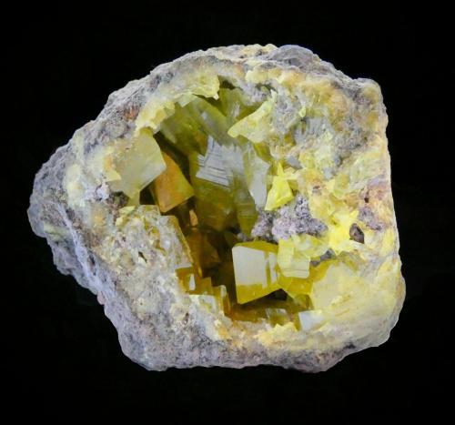 Azufre<br />Afloramiento El Aila, El Aila (La Lastra), Laredo, Comarca Costa Oriental, Cantabria, España<br />Pieza de 8.5x6.6cm y cristales de hasta 3cm.<br /> (Autor: DAni)