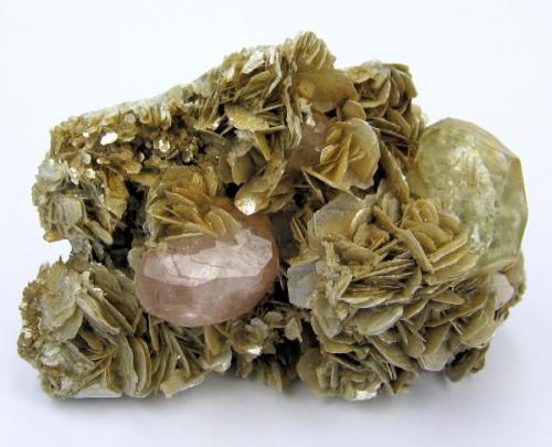 Apatite, beryl, muscovite Mt Xuebaoding, Pingwu Co., Mianyang Prefecture, Sichuan Province, China (Author: Carles Millan)