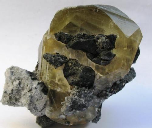Calcita con Antimonita. Hunan. China. Tamaño 8x6 cm. Cristal 6x4 cm. (Autor: Jose Luis Otero)