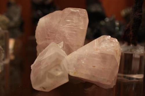 """Grupo de tres cristales de calcita (10 x 7 x 8 cm el conjunto). Mina """"El Sesmo"""", Valencia de las Torres, Badajoz, Extremadura, España (Autor: Inma)"""