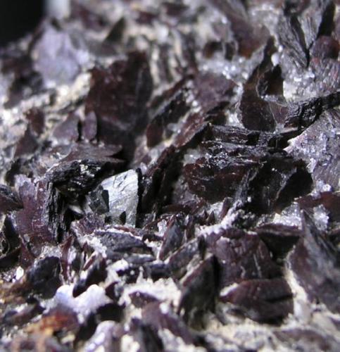 Cristal individual de freibergita ente cristales de siderita. Tamaño del cristal 6 mms. Mina Santa Catalina, Hiendelaencina, Guadalajara (Autor: Adrian Pesudo)