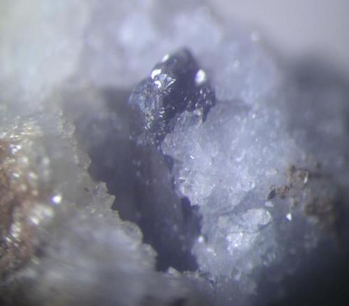 Aunque muy borrosa la foto, otra pirargirita de 8 mms. en geoda. Mina La Fuerza, Hiendelaencina, Guadalajara (Autor: Adrian Pesudo)