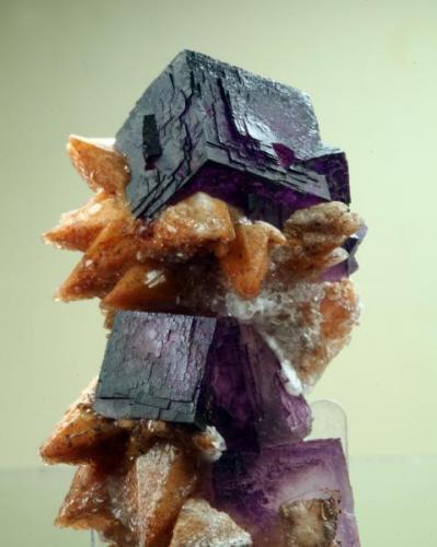 "Ejemplar de fluorita sobre calcita procedente de la mina ""Wenshan"". Arista del cubo 3 cm. Foto: J. R. García (Autor: JRG)"