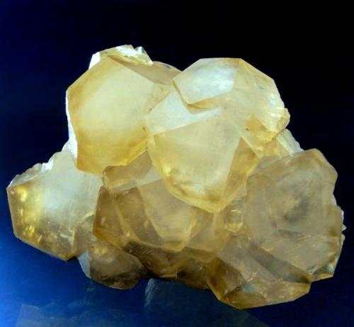 CALCITA Mina Bodovalle - Gallarta - Vizcaya. Pieza; 8,1x6 cm. Cristales; 3,5 cm. (Autor: DAni)