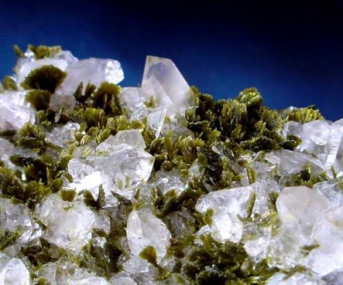 CLINOZOISITA con cuarzos. Cantera de los Serranos-Albatera-Alicante. Pieza de 13x7,5cm. Cristales en abanicos de 1x0,7cm. (Autor: DAni)