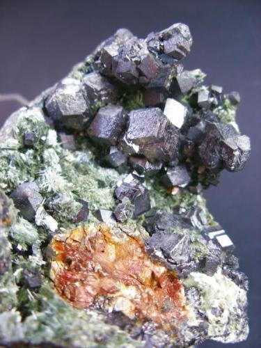 Magnetitas con actinolita. Mina La Herrería. Burguillos del Cerro. Pieza 8 x 8 cm. Cistal mayor 1 cm. (Autor: Juan Cabezas)