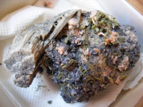 Tremolita (con magnetita, epídota y otras cosas). Mina La Herrería. Burguillos del Cerro. Pieza: 5 x 4 cm. Cristal mayor: 2 cm. (Autor: Juan Cabezas)