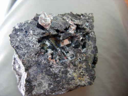 Lollingita (cristalizada). Mina Monchi. Burguillos del cerro. Pieza. 4 x 4 cm. Cristal mayor: 4 mm. (Autor: Juan Cabezas)