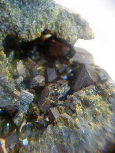 Epidota, 5 milimetros cristal, Mina La Judía, Burguillos del Cerro, Badajoz (Autor: apita)