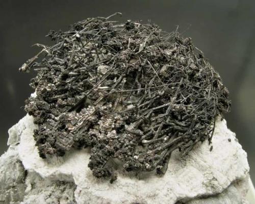 "Plata nativa con Acanthita Pou 2, mina Balcoll, Falset, Priorat, Tarragona Encontrada en Octubre del año 2004 Tamaño de la pieza: 5.6 × 5.3 × 5.5 cm. Foto de: ""Minerales de Referencia"" (Autor: Jordi Fabre)"