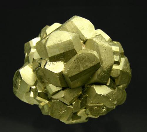 """Pirita Mina Ambasaguas 1, Ambasaguas, La Rioja, España Encontrada el año 1994 Tamaño de la pieza: 3.7 × 3.2 × 3.6 cm. El cristal más grande mide: 1.2 × 1.1 cm. Foto de: """"Minerales de Referencia"""" (Autor: Jordi Fabre)"""