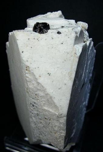 Granate sobre ortosa. Bustarviejo. Madrid. Pieza: 7 x 5 cm. (Autor: Juan Cabezas)