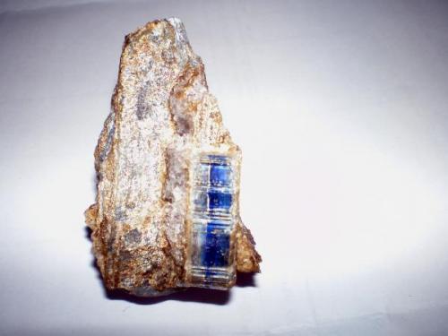 Cianita de 3 x 0.9 cm en matriz de cuarzo (Autor: Javier Arribas)