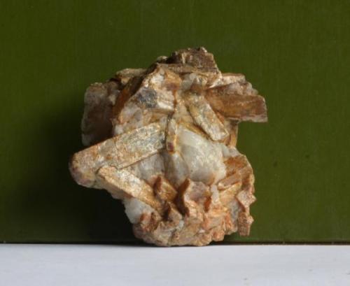 Pieza de cristales de andalucita sobre cuarzo. 7cm. (Autor: usoz)