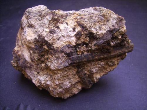 Aegirina sobre matriz. Lugar da Nave, Nave, Monchique, Portugal. 8,5 x 7 cm. El cristal mayor de 4,5 cm. (Autor: Antonio Alcaide)