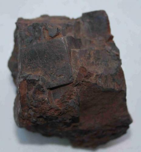 Hematites pseudomorfo de pirita; otra vista del ejemplar anterior. (Pieza de 6,5x8 cm; cristal mayor: 3x2,5 cm). Oliva de la Frontera (Badajoz) (Autor: Inma)