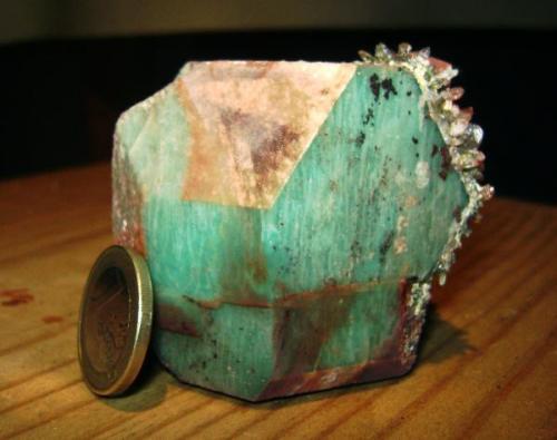 Cristal completamente flotante, con dos caras recubiertas de cuarzo con inclusiones de epidota. Vilagarcía de Arousa. (Autor: usoz)