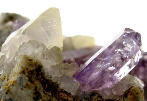 Amatista y Calcita. Bombori. Potosí. Bolivia. Tamaño de la muestra:5x3.5 cm. Cristal de amatista: 10 mm. (Autor: Jose Luis Otero)