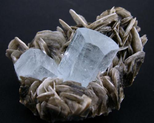 Beryl, muscovite Nagar, Hunza Valley, Gilgit-Baltistan, Pakistan 78 mm x 53 mm x 42 mm. Main beryl crystal: 28 mm tall, 22 mm wide (Author: Carles Millan)