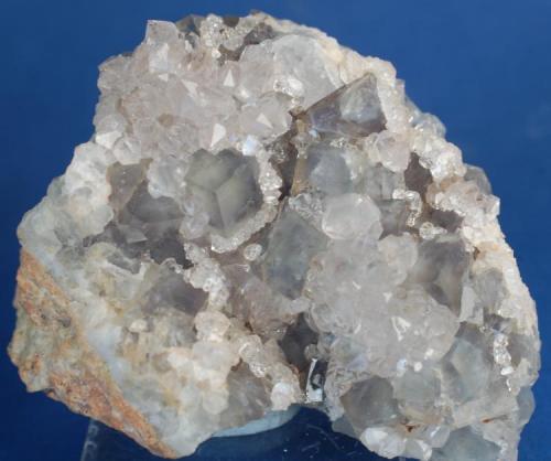 Fluorita azul & Cuarzo - Mines de Sant Marçal, Viladaru, Montseny, Osona, Girona, Catalunya, España Medidas: 5 x 4,5 x 2,7 cms (Autor: Joan Martinez Bruguera)
