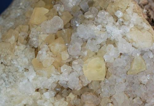 Fluorita & Cuarzo (detalle de la pieza anterior) - Mines de Sant Marçal, Viladrau, Montseny, Osona, Girona, Catalunya, España Medidas: 10 x 9,5 x 6 cms (Autor: Joan Martinez Bruguera)