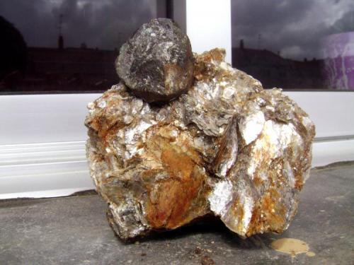 Almandino sobre moscovita. Tamaño del cristal, 5 cm. Monte Galiñeiro, Vincios (Gondomar), Pontevedra. 2011 (Autor: usoz)