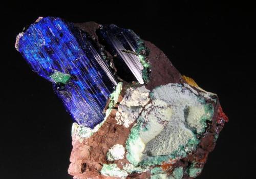 Azurita. Mina Copper Queen, Cochise Co., Arizona, EE.UU. 4x3x3 cm. Cristal de 2x1,1x1 cm. Col. y foto Nacho Gaspar. (Autor: Nacho)