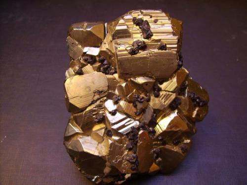 Pirita/Esfalerita Mina Huanzala, Distrito Huallanca, Provincia Dos de Mayo, Departamento de Huánuco, Perú 9,5 x 8,5 x 2,5 cm. Combinación de lo que parecen piritoedros más que cubos con pequeños cristales de esfalerita sobre ellos. (Autor: Antonio Alcaide)
