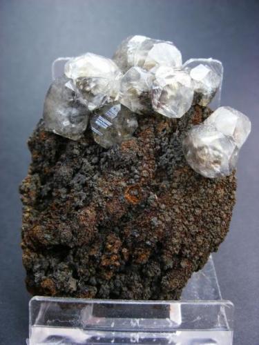 Calcita sobre limonita. Mina Herculano. Los Belones. Cartagena. Murcia. Pieza: 6 x 5 cm. Cristal mayor: 12 mm. (Autor: Juan Cabezas)