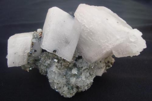 Tamaño de la pieza 9x7cm. Cristales de calcita con pirita, cuarzo y tetraedrita (Autor: javmex2)