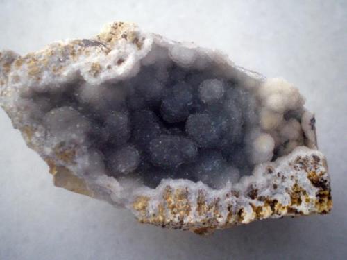 Geoda de cuarzo gris tirando a azulado, pero no se aprecia bien en las fotos. Cristales milimétricos creando grupos botroidales. Pieza de 5x3 San Cosme de Nete, Vilalba, prov. de Lugo (Autor: Javier Arribas)