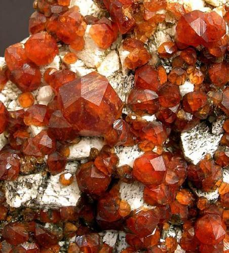 """Spessartina (Espesartina) Yunling, Zhangzhou, Fujian, China Encontrada el año 2003 Tamaño de la pieza: 9.7 × 8 × 4.5 cm. El cristal más grande mide: 1.2 × 1.2 cm. Foto: """"Minerales de Referencia"""" (Autor: Jordi Fabre)"""