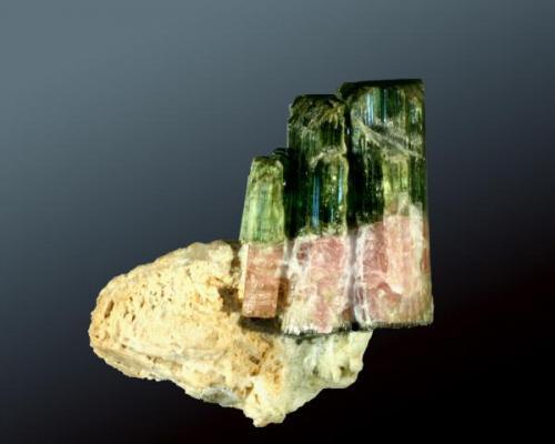 Elbaita (polícroma) Governador Valhadares, Minas Gerais, Brasil. 4,7 x 4,0 x 2,7 cm. / cristal: 3,0 x 1,8 x 1,4 cm. (Autor: Carles Curto)