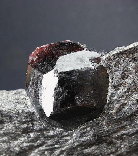 Granate.  Isla de Wrangel. Petersburg. Alaska. USA.  Pieza: 8.5 x 5 cm. (cristal 2 cm) (Autor: Juan Cabezas)