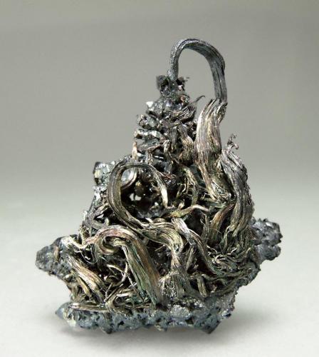 Plata con Acanthita Mina Himmelsfürst, Freiberg, Erzgebirge, Sajonia, Alemania  Encontrada en 1995 Tamaño de la pieza: 2.7 × 2.4 × 1.4 cm. El cristal más grande mide: 1.5 × 0.2 cm. Foto: Ejemplares de Referencia (Autor: Jordi Fabre)