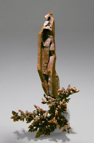 Cobre nativo Mina Itauz, Dzhezkazgan, Kazajstán  Encontrada en Septiembre 2006 Tamaño de la pieza: 6.4 × 3.6 × 1.4 cm. El cristal más grande mide: 4.5 ×7 0.9 cm. Foto: Minerales de Referencia (Autor: Jordi Fabre)