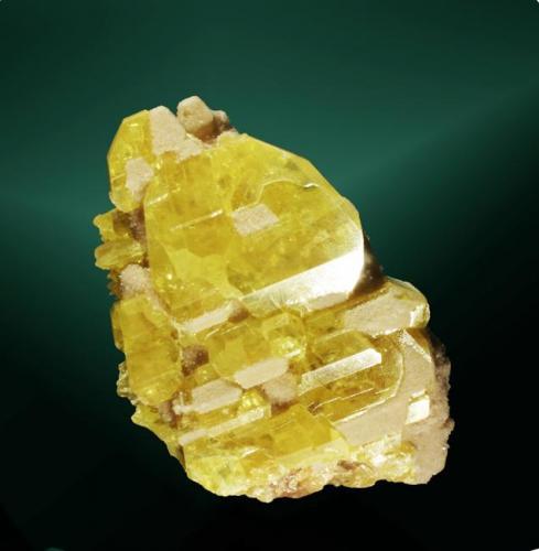 Azufre Casteltermini, Agrigento, Sicilia, Italia. Cozzo Disi (m). Agregado paralelo de cristales parcialmente recubiertos de calcita. 7,7 x 6,6 x 4,4 cm. (Autor: Carles Curto)