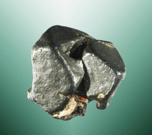 Acantita Schneeberg, Erzgebirge, Chemnitz, Sachsen, Alemania. Dos cristales cubo-octaédricos parcialmente deformados, pseudomórficos de argentita. 1,4 x 1,3 x 1,1 cm. (Autor: Carles Curto)