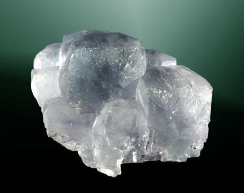 Fluorita Caravia Baja, Caravia (concejo), Asturias. San Lino (m). Grupo de cristales tetraexaédricos, uno de ellos dominante, de color azul (ejemplar de 1980). 3,4 x 3,7 x 3,1 (Autor: Carles Curto)