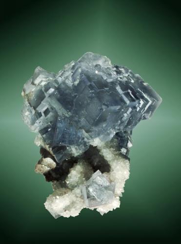Fluorita Huergo, Coroña de Arriba, Asturias. La Viesca (El Reguerín) (m). Cristales cúbicos azules, con zonaciones geométricas de color violeta, en matriz, con cuarzo (ejemplar de 1994). 5,9 x 5,4 x 6,1 cm. (Autor: Carles Curto)