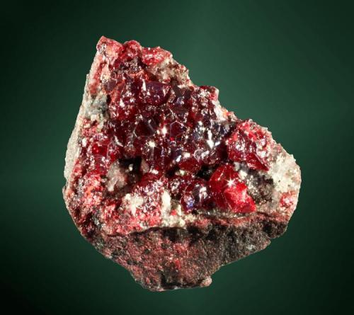 Cinabrio Almadén, Ciudad Real, Castilla-La Mancha. Almadén (m). Geoda de pequeños cristales equidimensionales, con el romboedro dominante, en matriz de cuarcita (ejemplar de 1972). 3,8 x 3,1 x 1,8 cm. (Autor: Carles Curto)