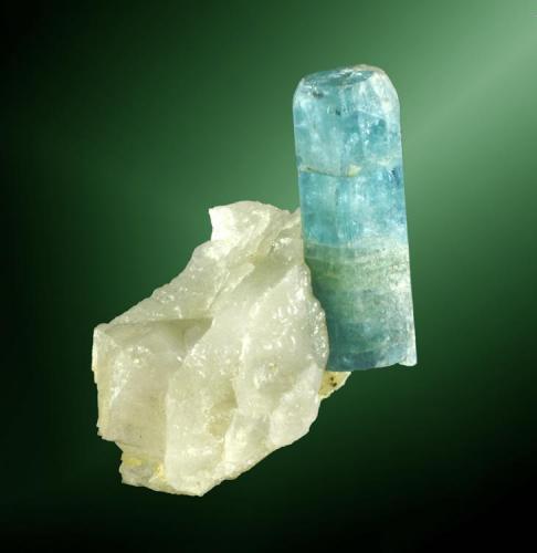 Berilo (aguamarina) + cuarzo Alto do Giz, Equador, Seridó Oriental, Rio Grande do Norte, Brasil. Auto Santino (m). Cristal prismático translúcido de color azul uniforme, en matriz de cuarzo masivo (cristal consolidado en la matriz) (ejemplar de 1987). 6,1 x 4,6 x 3,7 cm. / cristal= 4,1 x 1,7 x 1,5 cm. (Autor: Carles Curto)