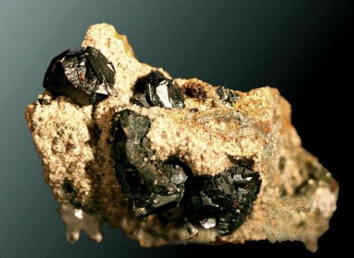 Esfalerita Bilbao, Vizcaya, Pais Vasco. Malaespera (m). Cristales equidimensionales complejos y maclados, en matriz (ejemplar de 1977). 5,5 x 4,3 x 3,4 cm. / cristal pral.: 1,4 x 1,1 x 1,1 cm. (Autor: Carles Curto)