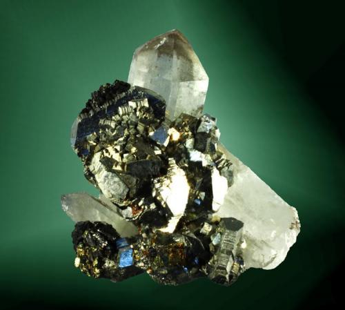 Arsenopirita + cuarzo + esfalerita Yizhang, Chenzhou, Hunan, Xina.  Yaogangxian (m). Agregados paralelos de cristales, sobre cuarzo cristalizado, con esfalerita y calcopirita (ejemplar de 2009). 5,1 x 4,8 x 4,1 cm. / cristal pral.: 2,2 x 1,6 x 1,7 cm. (Autor: Carles Curto)