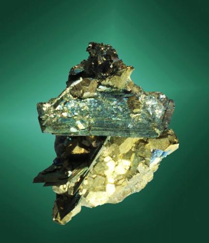 Marcasita + pirita Panasqueira, Covilha (mun.), Castelo Branco (dist.), Beira Baixa, Portugal. Cristales muy perfilados, uno de ellos claramente dominante, muy aplanados, con ligeras irisaciones y fino estriado de crecimiento. La matriz es una drusa de cristales de pirita (ejemplar de 1986). 2,3 x 2,2 x 1,6 cm. / cristal pral.: 1,8 x 0,8 x 0,2 cm. (Autor: Carles Curto)